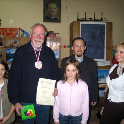 richard z medalem od dzieci z salezjanskiej Akademii Radosci wyposazonej przez rotarian,jpg