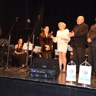 Na pierwszym planie soliści_ Jan Miodek, Alicja Chybicka, Anna Majkut-Polańska, Robert Zapałowicz, MarekZiętek