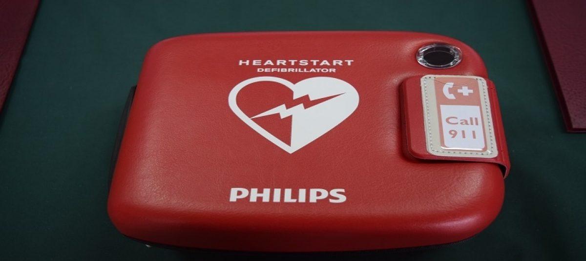 Rotarianie przekazali pierwszy defibrylator