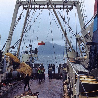 Pierwsza Polska Morska Ekspedycja Antarktyczna 1975-76. Trawler rybacki TAZAR opływa przylądek Horn