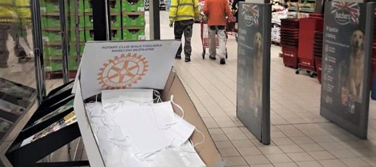 Rotarianie rozdają maseczki mieszkańcom